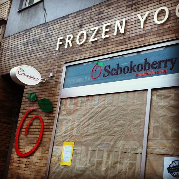 """Aus Unterbäumer auf der Bilkerallee wird Schokoberry... Die Grundversorgung an Frozen Yoghurt ist im Viertel gesichert ( also eigentlich haben wir eine gewisse Sättigung erreicht). Hoffentlich bleibt die 'Diele' und erhalten - damit es neben Yoghurt auch noch """"echtes"""" Eis gibt ;-)"""