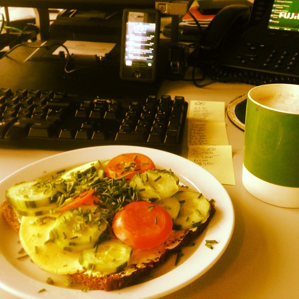 Kurze gesunde Mittagspause am Schreibtisch…
