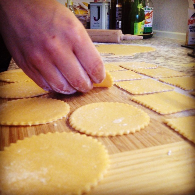 Pasta-Produktionsstraße :-) Gemeinsam die Küche von Freunden in Schutt & Asche legen …
