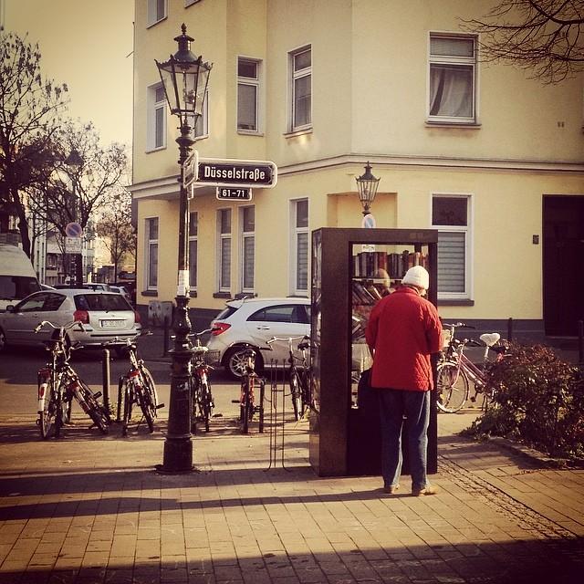 Auch ein kurzer Besuch am kleinen Lesespeicher im Viertel lohnt sich.