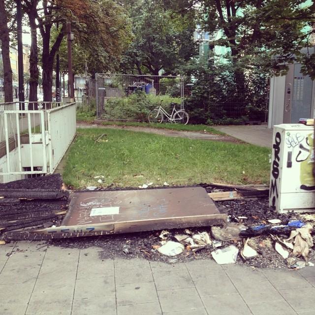 Die abgebrannten Reste der Givebox am Kirchplatz…