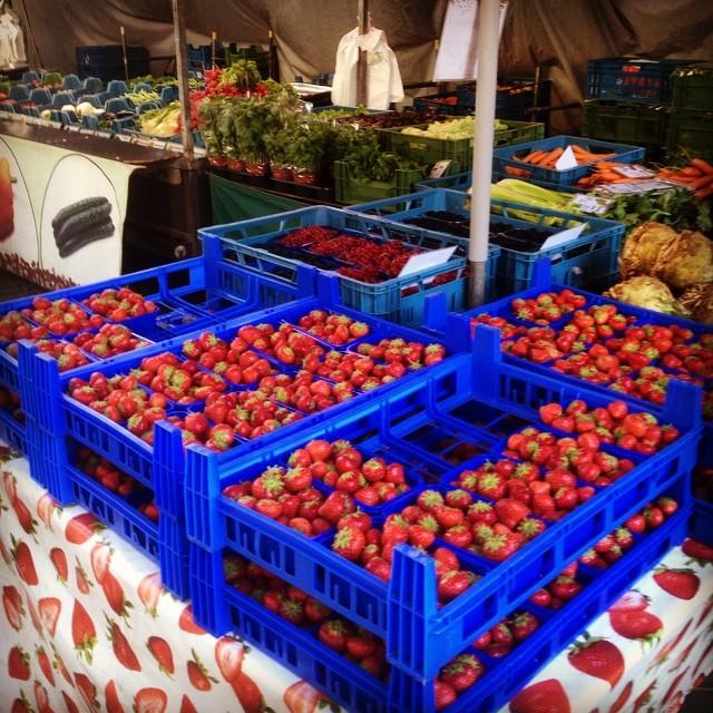 """""""final call!"""" Nochmal richtig Erdbeeren shoppen auf'm Markt :-)"""