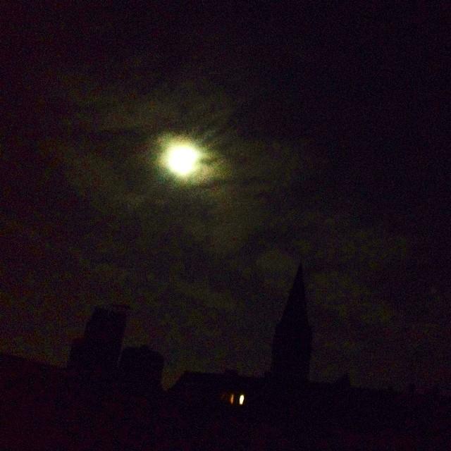 Mondlicht auf den Dächern der Stadt.