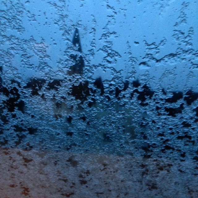 Schneematschbatzen am Fenster … muss wieder Winter sein.