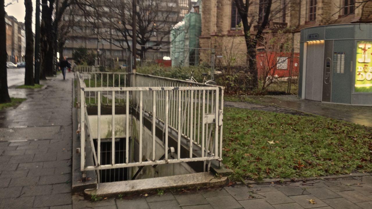 Zukunft des Kirchplatzes – Idee: Toilettenanlage wird Ausstellungsraum und oben kann man Boule spielen…