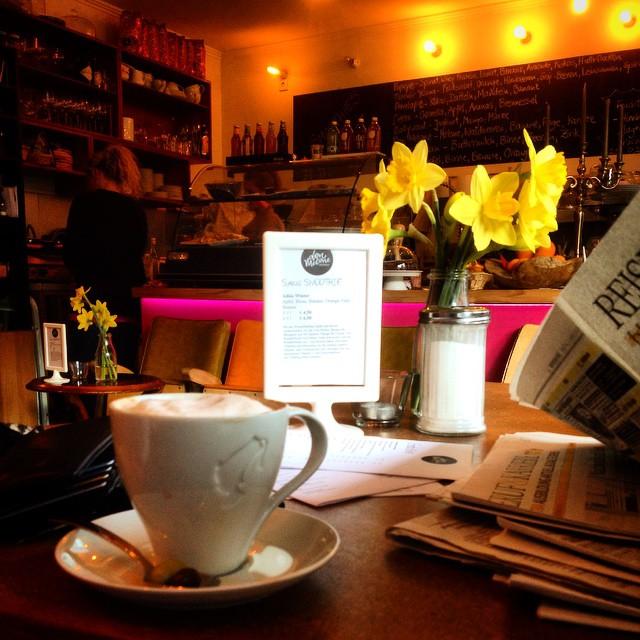 Sonntag nachmittags Pläsier – Kaffee trinken und in Ruhe Zeitung lesen.