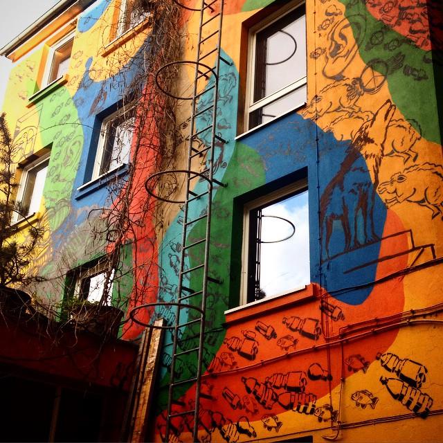 ... ein schöner bunter Hinterhof - mit kreativen & bunten Menschen :-) Farbfieber, schön das es euch gibt.