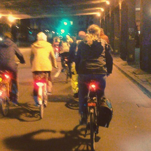 Heute wird es übrigens um 19 Uhr die nächste CriticalMass in Düsseldorf geben :-) Treffpunkt ist am Fürstenplatz und dann ganz in Ruhe durch die Nacht & die Stadt cruisen... Wir machen keinen Verkehr, wir sind ein Teil des Verkehrs.