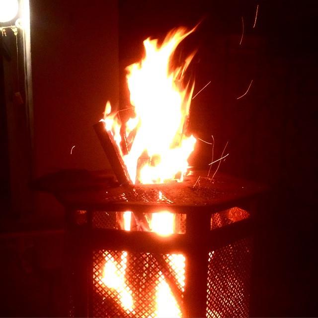 Am Feuer sitzen und chillen – wünschen euch alles Gute :-)