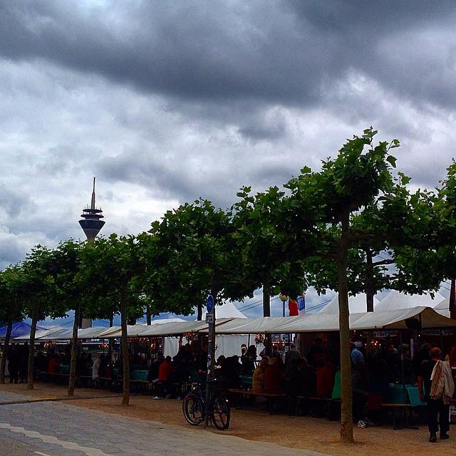 Lange Tafel am Rhein - eigentlich eine ganz schöne Idee, wenn's nur nicht so kommerziell wäre...