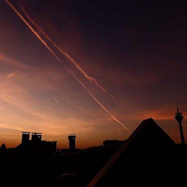 Abenddämmerung über den Dächern der Stadt.