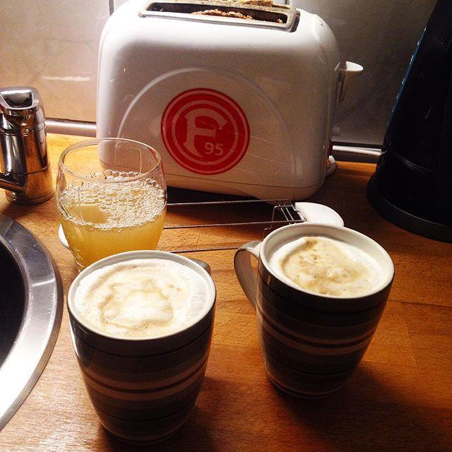 Powered by Espresso. Kommt alle gut in den monochromen Morgen :-)