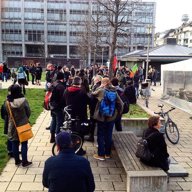 Die Demo auf dem Kirchplatz formiert sich langsam... Der Angriff aufs Papidoux bleibt nicht unbeantwortet! #nonazis