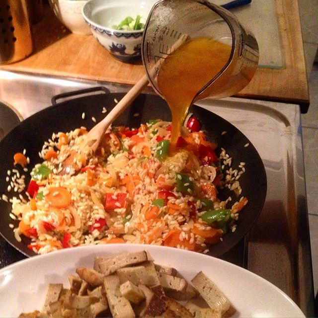 Es köchelt die Paella gemütlich vor sich hin…