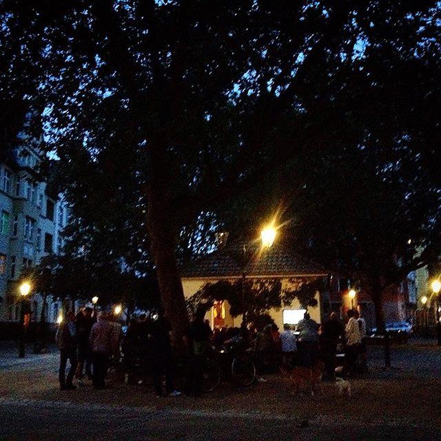 Ein lauer Sommerabend und man versammelt sich wieder am wärmenden blau-grünen Schein des Fernsehers... Mir gefällt's :-)