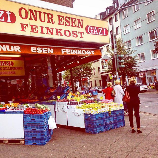 Unser Lieblings Südfrüchte- und Knabbernüsse-Laden im Viertel :-) Was würden wir nur ohne den Laden Onur Esen an der Ecke machen? Herzlich, offen, hilfsbereit und fair im Preis...