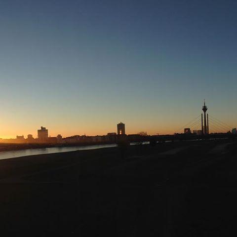 Ein knackig, kalter Morgen und die Stadt erwacht. Langsam.
