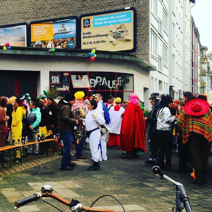 Karneval bedeutet auch mit 'nem Bier vor der Brause stehen.