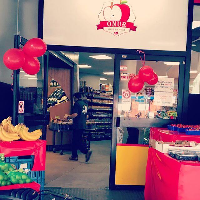 Perfekt! Der türkische Supermarkt des Vertrauens hat ab heute wieder geöffnet und wir können endlich den Bedarf an Wassermelonen wieder decken :-) by the way - mit gefällt der umgebaute und neu strukturierte Laden von Onur Esen auf der Bilkerallee...