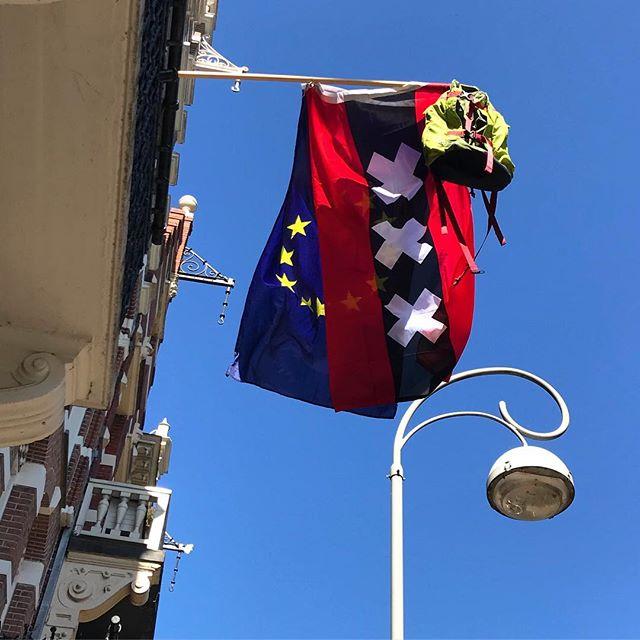 Haben in Amsterdam eine nette Tradition der Niederländer entdeckt - wenn die Kinder die Schule abgeschlossen haben werden ihre Schultaschen und Rucksäcke (die werden ja nicht mehr gebraucht) demonstrativ aus dem Fenster gehangen :-) Könnte man ja adaptieren - by the way, dafür kenne sie nicht die Tradition der Schultüten zur Einschulung...