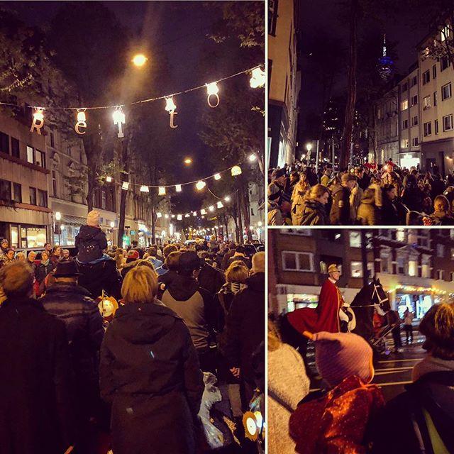 Viele selbstgebastelte Laternen illuminierten heute Abend die Straßen bei uns im Viertel - eine wirklich schöne Stimmung, auch wenn recht wenig (mit der Tendenz zu gar nicht) über diesen Sankt Martin gesungen wurde .. schade eigentlich.
