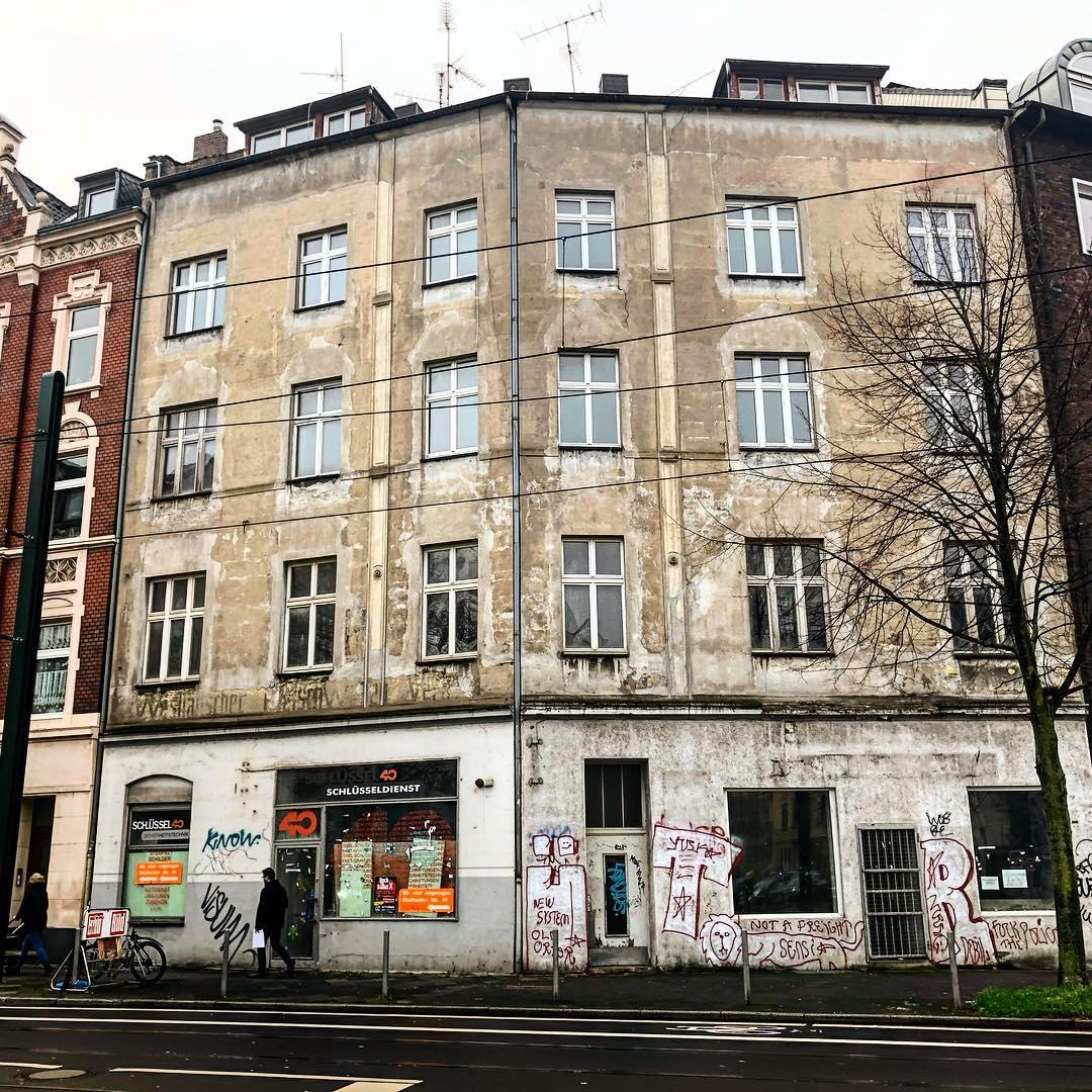 """… über einige Leerstände in Düsseldorf (und ich meine ganze Häuser und nicht einzelne Wohneinheiten) kann ich mich nur wundern. Man kann leider auch hier nur 'spekulieren' ob es Desinteresse oder Gewinnmaximierung ist – Fakt ist aber : Es gibt einen Bedarf an Wohnraum der nicht gedeckt wird und durch Luxussanierungen, Spekulationsobjekte, Umnutzung durch Ferienapartements usw weiter verschärft wird. Es wäre doch """"charmant"""" wenn solche Häuser bewohnt und mit Leben gefüllt wären – unten ein Café und daneben ein kleiner Laden oder Büro und im Haus leben gemeinsam junge und alte Menschen (Studierende, junge Familien, SeniorInnen) zusammen und es gibt eine Wohnung als sozialen Treffpunkt für die BewohnerInnen mit einem Spielzimmer, Werkraum, Platz für eine Tauschbörse für Bücher und alltägliche Dinge… *hoppala* sorry, ich drohe gerade ins hippieske abzudriften – dies darf es natürlich in unsere kapitalistischen Gesellschaft ja nicht geben, denn soziales Miteinander widerspricht dem Grundsatz der Gewinnmaximierung… Aber mal ganz ehrlich : Es wird immer wieder beklagt das die Gesellschaft immer anonymer und kälter wird und die Ellbogen-Mentalität für ein soziales Zusammenleben nicht förderlich ist. Dann müssen eben Strukturen geschaffen werden die diese Entwicklung stoppt. Ich mag diese Vorstellung zu"""