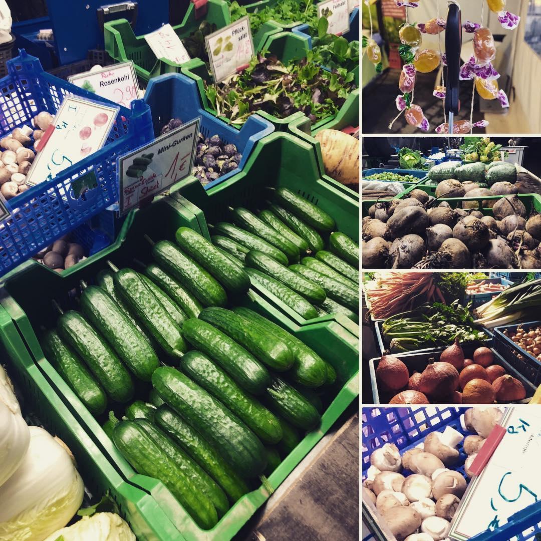 Es gibt sie wieder :-) Die ersten Gurken aus der Region sind reif und endlich wieder verfügbar. Endlich müssen wir dafür nicht mehr auf den Supermarkt zurückgreifen. Freuen uns schon wie Bolle auf die vielen Gemüsesorten und Feldfrüchte die in den kommenden Wochen wieder den Speiseplan ergänzen werden :-) Auf dem Bauernmarkt gab es heute übrigens, also neben den üblichen Äpfeln, Champignons, Pflücksalat und Wintergemüse, auch Kamelle zum Abschneiden :-) Das versüßt die Wartezeit bis zum kommenden Freitag – kurzer Hinweis : Veilchendienstag bleibt der Markt auf dem Friedensplätzchen karnevalsbedingt leider geschlossen